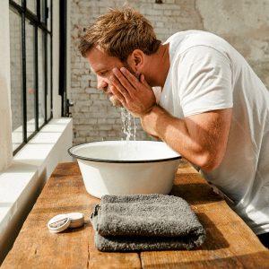 Bartpflege-Routine: Anwendung festes Bartshampoo