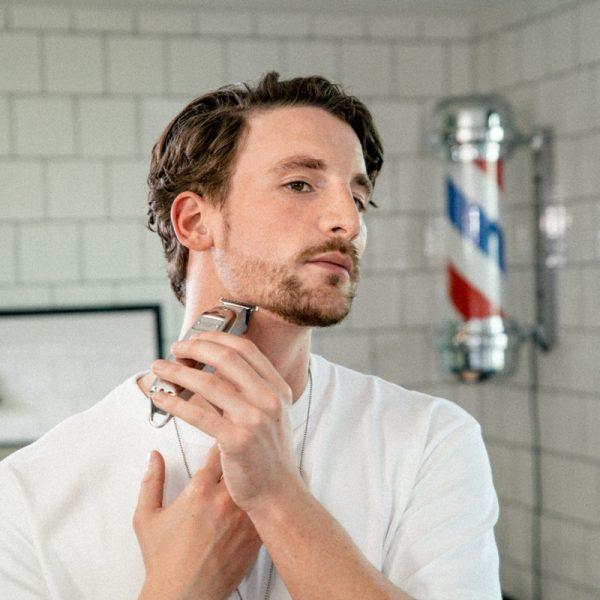 3-Tage-Bart trimmen: Anwendung Barttrimmer am Hals