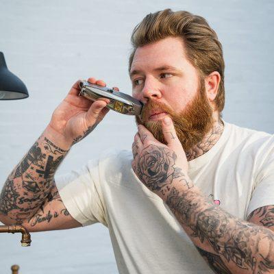 Vollbart trimmen, in Form bringen und Konturen schneiden: Anwendung Barttrimmer Oberlippenbart