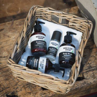 Verschiedene Naturkosmetik Männer Produkte im Korb